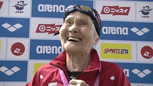 Nadadora japonesa de 101 años entrena para competir en Tokio 2020