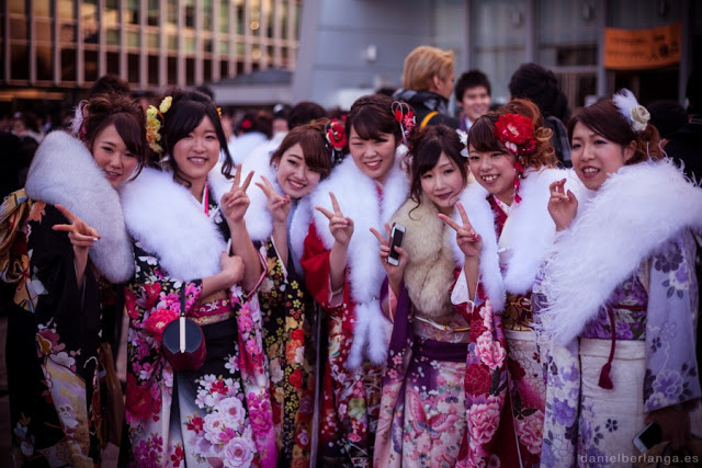 japonesas usando kimonos