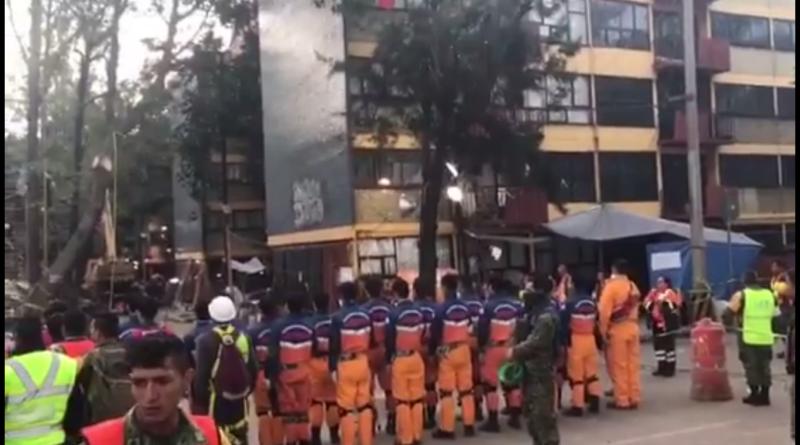 Con todo el corazón el Equipo Japonés de Auxilio para Desastres canta el himno nacional mexicano