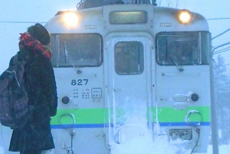 Japón estación tren una pasajera