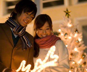 pareja de japoneses en navidad