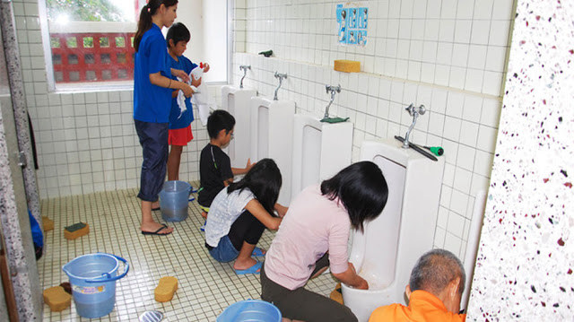 limpiando el aula