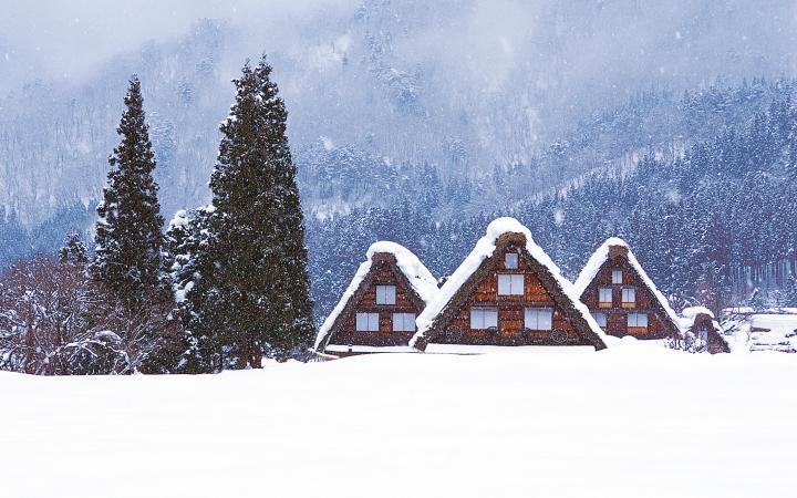 casas bajo la nieve