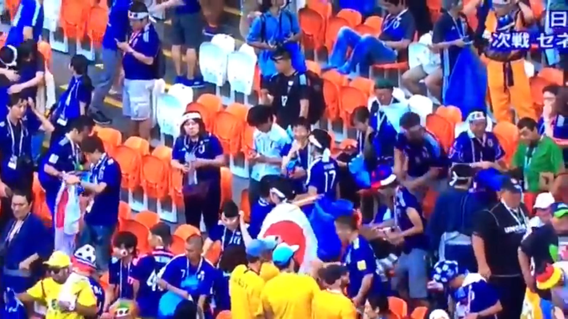 Hinchas japones ayudan a limpiar el estadio luego del partido contra Colombia