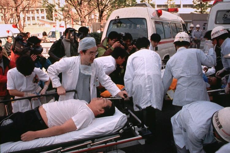 El gas nervioso esparcido por miembros de la secta en el metro de Tokio en la hora de mayor tránsito de la mañana del 20 de marzo de 1995 hizo estragos