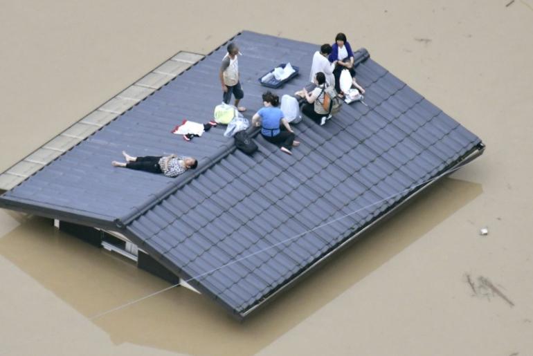 Personas esperando ser rescatadas en Japon