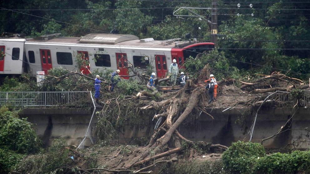 Un tren descarrilado por el temporal de lluvia en Karatsu, Saga, en Japón (Jiji Press / EFE)