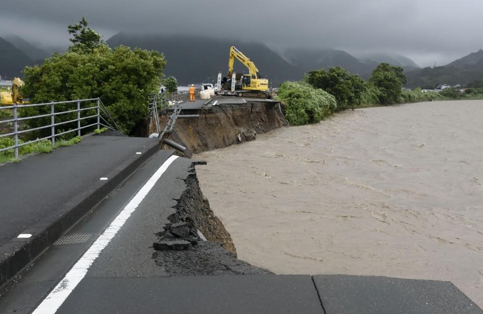 Una carretera cortada en la prefectura de Kochi)