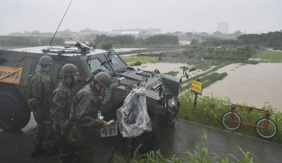 fuerzas de autodefensa de japon ayudando en evacuaciones