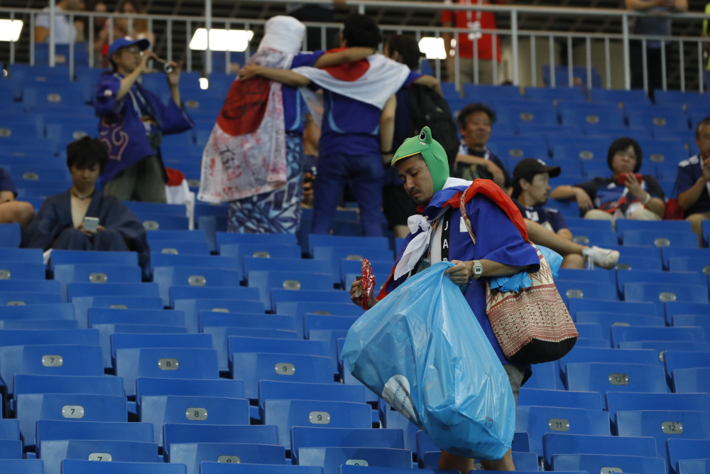 japoneses recogiendo basura