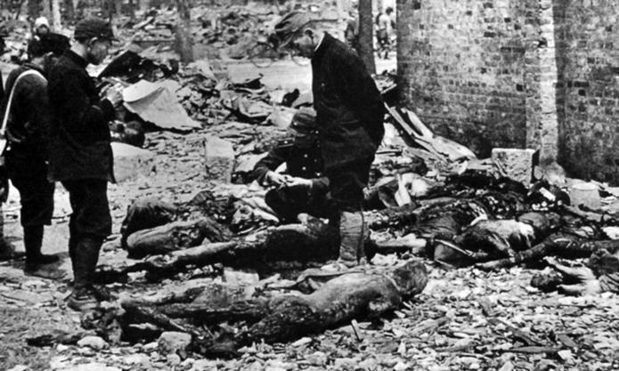 Contando los cadáveres de las personas fallecidas en Tokio, 1945.