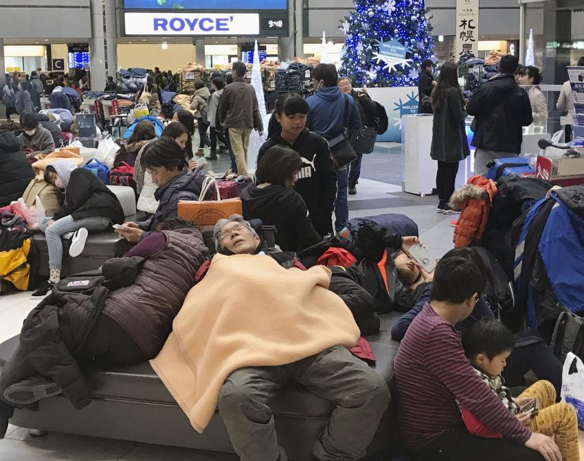 Los más de dos mil pasajeros de estos últimos vuelos tuvieron que pernoctar en la terminal del aeropuerto que, de forma extraordinaria, permaneció abierto, destacó NHK.